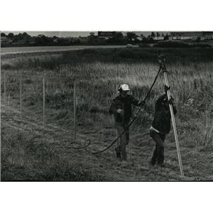 1991 Press Photo Robert Mojzyck & Mike Fendryk build fence around Crites Field