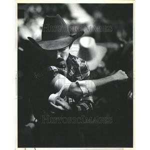 1981 Press Photo Cowboy Bandaging Himself Little Rock
