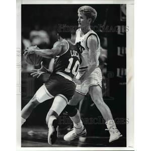 1989 Press Photo Steve Kerr Defends against Houston's Lucas in 2nd quarter.