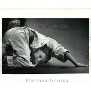 1991 Press Photo Adam Sanders looks like he's in a precarious position