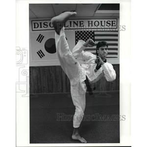 1990 Press Photo Kim Martial Art Studio Fairview Park, Joe Kim - cvb69992