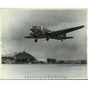 1986 Press Photo DC-3 rising from the runway at Clover Field in Santa Monica