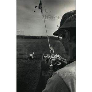 1988 Press Photo John Snyder guiding his Ohio Superstar Monocoupe, model plane