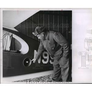 1963 Press Photo Warden Don Beghin points to loudspeaker - mja08792