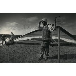 1992 Press Photo Kushner preparing for one last flight at Wisconsin Avenue Park