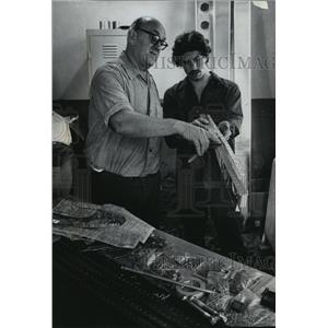 1978 Press Photo Fred Ciriacks helped John Bauer straighten out rib on the plane