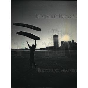 1985 Press Photo Douglas Bomberg flying kite at Milwaukee's Juneau Park