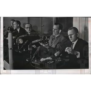 1965 Press Photo Gemini mission crew EH White II & Frank Borman at conference