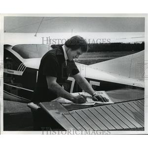 1977 Press Photo Darwin Krall, DNR pilot patrols forest fires - mja35258
