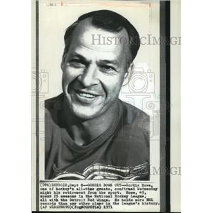 1971 Press Photo Gordie Howe One of Hockey's All-Time Greats Confirms Retirement