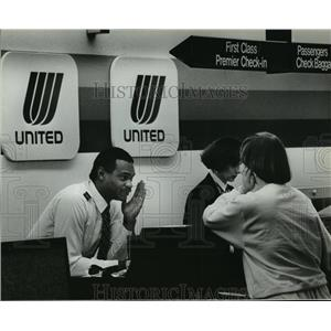 1989 Press Photo Stuart Johnson of United Air Lines explain flight delayed