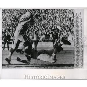 1962 Press Photo Green Bay halfback Tom Moore eludes tackle  by Elbert Kimbrough