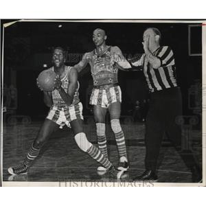 1967 Press Photo Harlem Globetrotter Clown Meadowlark Lemon had plenty of help.
