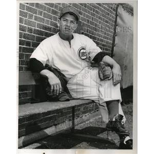 1955 Press Photo Hal Jeffcoat of the Chicago Cubs loafing in bull pen at Wrigley