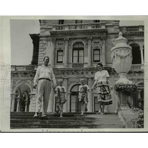 "1950 Press Photo Ellis family on steps of ""The Breakers"" Vanderbilt Mansion, RI."