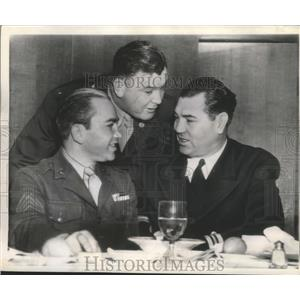 1943 Press Photo Three former boxing champions all now in the service at dinner.