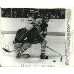 1978 Press Photo Montreal's Steve Shutt on his head behind Al Sims of Bruins