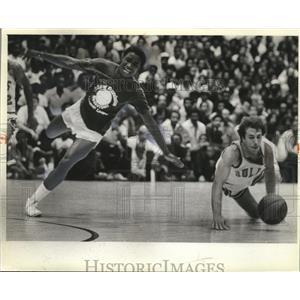 1981 Press Photo Isiah Thomas and Roger Buryman dive for the loose ball
