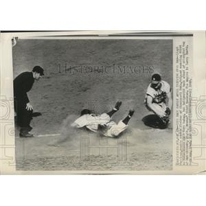 1949 Press Photo Cincinnati Reds outfielder Lloyd Merriman trips on basepaths