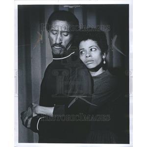 1969 Press Photo Carl Gordon Roc Actor Hug