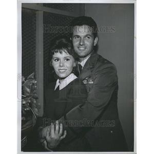 1964 Press Photo Mark Goddard & Judy Carne
