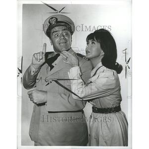 1964 Press Photo Ernest Borgnine & Girl Cummings