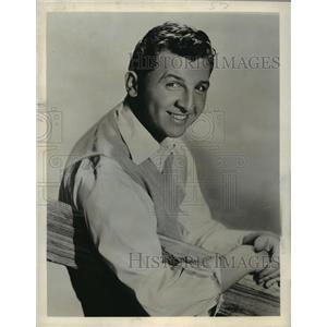 1942 Press Photo Eddie Bracken hosts The Eddie Bracken Show, on NBC Radio.