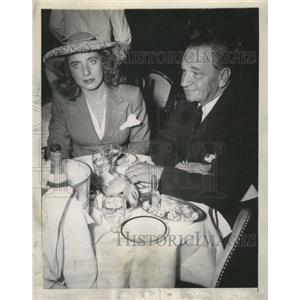 1945 Press Photo actor Wallace Beery escorts Alice Rumore to the Stork Club
