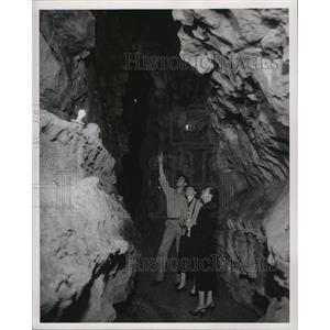 1953 Press Photo Visitors at Carter Caves State Park in Kentucky - mjx18468
