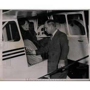 1937 Press Photo Roger Q.Williams selling Eileen Joslyn the smallest plane
