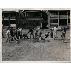 1959 Press Photo Cleveland, Ohio Kids Clean Lot at E. 102nd Street and Born Ave.