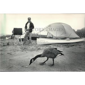 1986 Press Photo Terry Koper on Wisconsin River sand bar with goose - mja37361