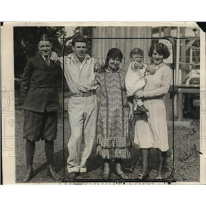 1925 Press Photo Boxer Mickey Walker & family at training camp in NJ - net29497