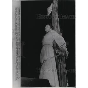 1953 Press Photo Ingrid Bergman rehearses role of St. Joan in Joan at the Stake.
