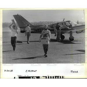 1988 Press Photo Richard Brooks & John Runyon carry items from plane - orb82396