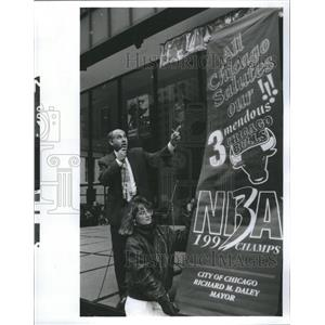 1993 Press Photo Chicago Bull Banner Auction Jeff Brown