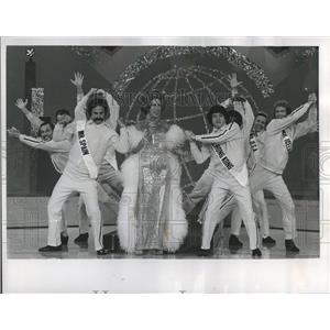 1974 Press Photo Carol Burnett Ernest Flatt dancers