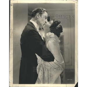 Press Photo William Powell Luise Rainer Kissing - RRR67651