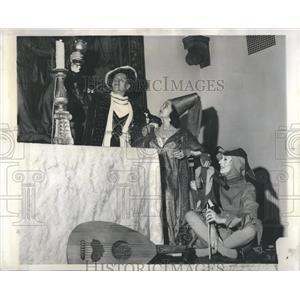 1962 Press Photo Art Institute May Festival Court Feast - RRR95123
