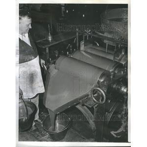1939 Press Photo Ink Grinder