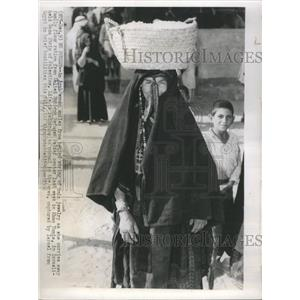 1956 Press Photo Arab Woman United Nations Refugee Rel - RRR61243