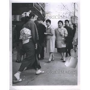1957 Press Photo Japanese girl wearing traditional kimono at Tokyo street