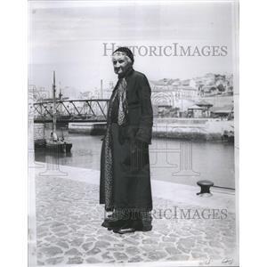 1935 Press Photo Lisbon Portugal Old Woman River
