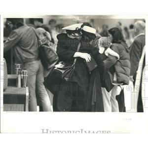 1980 Press Photo Passengers at O'Hare airport goodbye