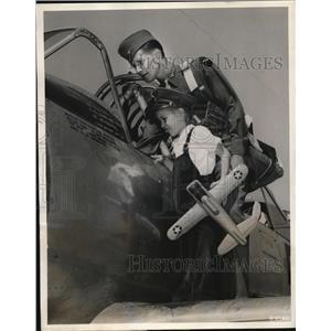 1948 Press Photo Robert H and Ronnie Allen BT13A Plane Goodfellow Field Texas