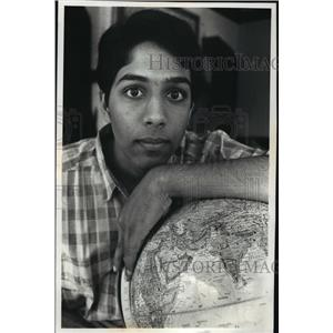 1990 Press Photo Amitabh Bharadwaj Is Working an Environmental Project in India