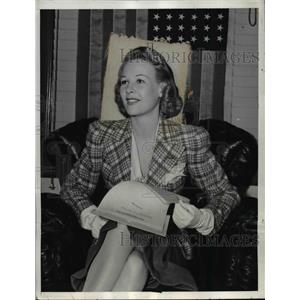1939 Press Photo Wendy Barrie with First U.S. Citizenship Papers - nef41181
