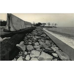 1986 Press Photo Concrete Barriers To Hold Back The Tide At Lake Michigan Shore