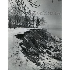 1974 Press Photo Lake Michigan bluff erosion near Dennis Peterson - mja42472