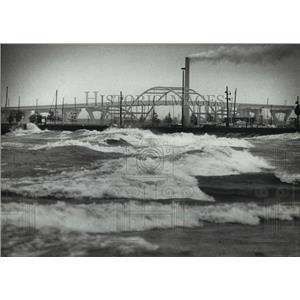 1982 Press Photo Chilly winds kick up waves on Lake Michigan at McKinley Beach